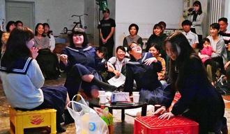 高校生最後の日に集まって談笑するシーン。恋愛や進路など女子高生に身近な話題で、観客から笑いも起こった