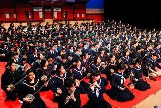 県内47校291人が歌三線を披露して開幕した全国中学校総合文化祭沖縄大会=13日午前、浦添市てだこホール
