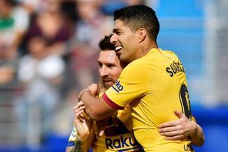 エイバル戦で得点に喜ぶバルセロナのスアレス(右)とメッシ=19日、エイバル(AP=共同)