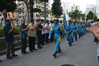 派遣された福岡県での任務を終え、帰任した県警の特別救助班=12日、県警本部