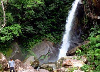 水流が増え、勢いよく水が流れる轟の滝=25日、名護市数久田