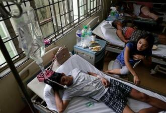 フィリピンの首都マニラの病院で横になるデング熱の患者=7日(AP=共同)