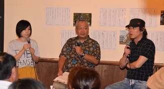 テオ・ヤンセン作品の魅力について語る宮沢和史さん(右)、戌亥近江さん(左)、進行役の三枝克之さん=13日、宜野湾市・カフェユニゾン