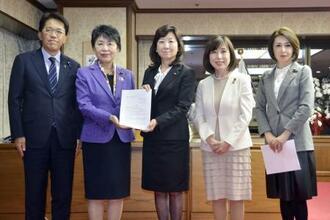 上川法相(左から2人目)に要望書を手渡す野田聖子衆院議員(中央)ら=2日午後、法務省