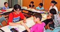 公民館が教室 さあ勉強/上大謝名自治会「がちゆん」学生が講師/「家よりも宿題はかどる」