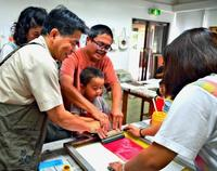 江戸の趣、版画で再現 北斎展で親子ワークショップ
