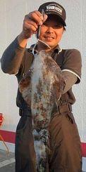 11月30日、うるま市勝連沖のトゥンジー岩で1・4キロのアオリイカを釣った兼城賢弥さん