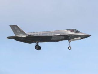 2017年に嘉手納基地に初飛来したF35ステルス戦闘機=2017年11月