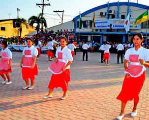 ダンスを披露するオキナワ第1日ボ校の生徒たち=ボリビア・オキナワ第1移住地