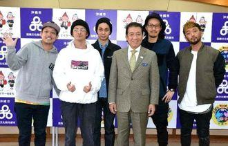 桑江朝千夫市長(右から3番目)を訪問したORANGE RANGEのメンバー=2日、沖縄市役所