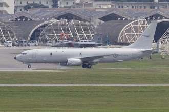 米軍嘉手納基地に飛来するオーストラリア空軍の哨戒機=30日午後1時30分ごろ(読者提供)