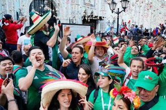 サッカーW杯ロシア大会開幕を前に、モスクワ市内で盛り上がるサポーターたち=13日(共同)