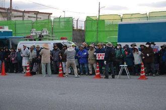 米軍キャンプ・シュワブの工事用ゲート前で抗議活動をする市民たち=3日午前7時、名護市辺野古