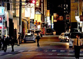 飲食店などへの営業時間短縮要請がスタート。人通りが少なくなった繁華街=17日午後10時すぎ、那覇市松山