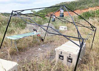 米兵とみられる3人が車を乗り入れ、テントを張っていた東村高江の民間地の草むら=8日午前(伊佐真次さん提供)