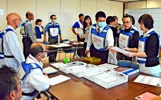 災害発生を想定した訓練で、各担当者との連絡や設備の機能確認などの対応に追われた対策本部