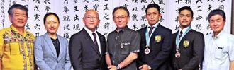 玉城知事(中央)を表敬した喜友名諒(右から3人目)、上村拓也(同2人目)ら=県庁