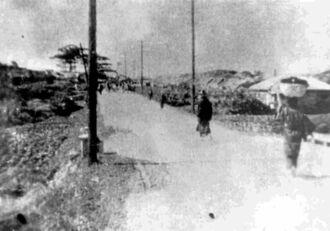 1934年に開通した新県道。現在のむつみ橋より松尾方面を望む(新嘉喜祐司氏所蔵・那覇市歴史博物館提供)