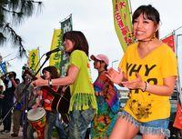 県外から女性バンド/「新月灯花」 座り込み 歌で激励