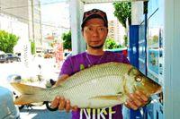 [有釣天]大物の予感的中 今帰仁海岸で60センチ超のタマン釣り上げ