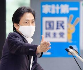 記者会見で質問者を指名する国民民主党の玉木代表=16日午後、東京・永田町の党本部