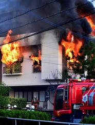 炎と黒煙が激しく立ち上り、燃え広がる民家=11日午後5時10分ごろ、浦添市大平(崎浜秀也撮影)