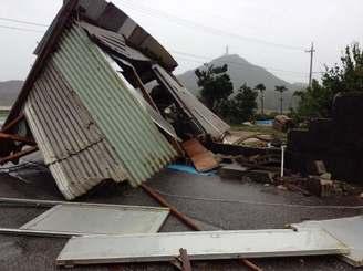 強い風で納屋が倒壊し、道をふさいだ=17日午後5時ごろ、与那国町祖納(金井瑠都通信員撮影)