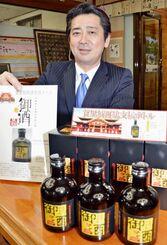 首里城の再建支援ボトルを販売している瑞泉酒造の佐久本学社長=24日、那覇市
