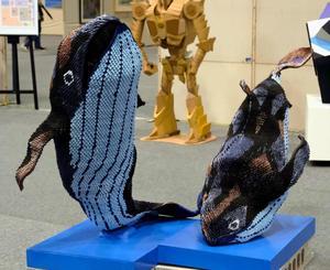 彫刻部門=小橋川共三さんの作品「鯨『跳躍』」
