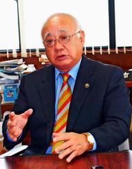 「経済活性化策を総合的に進めたい」と意気込む下地敏彦さん=日、宮古島市役所