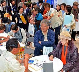 多くの来場者でにぎわう終活フェアの相談コーナー=7日午前、那覇市久茂地・タイムスホール