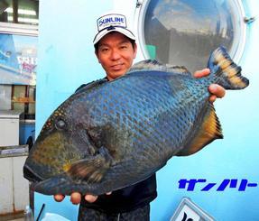 天仁屋の磯で57・5センチ、4・6キロのジキランカーハジャーを釣った名釣会の水野晃さん=3日