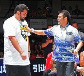 引退セレモニーで伊佐勉ヘッドコーチ(右)から激励される山城吉超