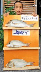 読谷海岸で52センチ、1・9キロのタマンを釣った喜久山琉己さん=4日
