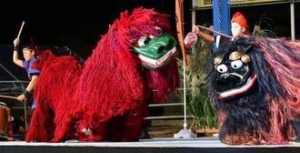 和太鼓も取り入れた勇壮な演舞を披露した沖縄市古謝獅子舞=5日、うるま市安慶名闘牛場(金城健太撮影)