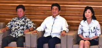 「かりゆし」で閣議に臨む安倍首相(中央)ら=1日午前、首相官邸