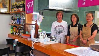 こだわりの料理を提供する店主の砂川朝賢さん(左)とスタッフ=宮古島市平良西里