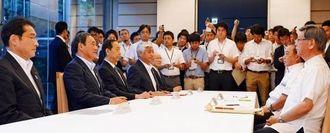 翁長雄志知事(右端)と(左から)岸田外相、菅官房長官らが出席して行われた協議=18日夕、首相官邸