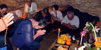 チビチリガマの慰霊祭で、犠牲者の冥福を祈る参列者たち=4月4日