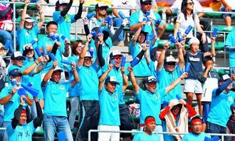 追加得点に歓声を上げる沖水応援団=7日午後、コザしんきんスタジアム(下地広也撮影)