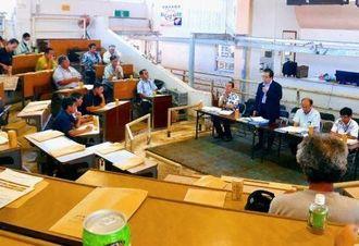 セリ場で開かれたTPP説明会で農水省担当者の話を聞く畜産農家=14日、石垣市・八重山家畜市場