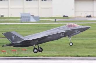 嘉手納基地に初飛来した最新鋭ステルス戦闘機F35B。計2機が沖縄市方面から相次いで北側の滑走路に着陸した=26日午後2時18分、米軍嘉手納基地(読者提供)