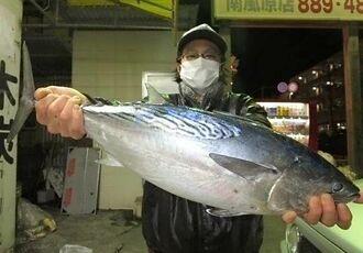 那覇海岸で67.5センチ、3.5キロのスマガツオを釣った山内真二さん=2020年12月25日