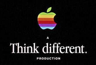 米アップルのロゴマークと広告メッセージ