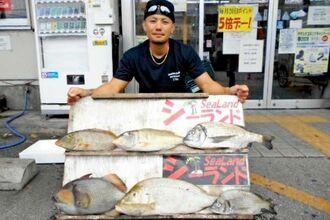 名護海岸で61.5センチ、2.56キロのタマンを釣った千鈴會の宮城英人さん=7月25日
