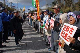 辺野古の新基地建設阻止に向け抗議行動を続ける市民ら=18日午前11時ごろ、名護市辺野古のキャンプ・シュワブゲート前