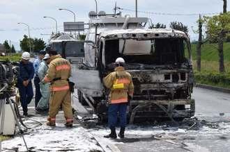 信号待ちで停車中に炎上した大型トラック=20日午前10時55分ごろ、北中城村渡口