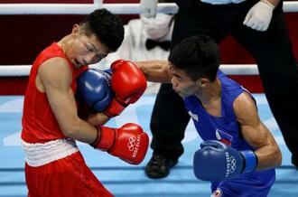 男子フライ級準決勝でフィリピンのカルロ・パーラム(右)と打ち合う田中亮明=両国国技館(ゲッティ=共同)