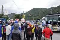「政府に負けないぞ」 海上の抗議で土砂を積んだ船の出港止める