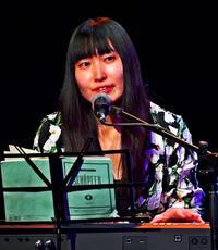 しっとり歌声 タイムスホールで寺尾紗穂さんライブ オリジナル曲から沖縄のわらべ歌まで